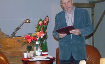 Stanislaw Raginiak, poeta i prozaik, podczas lektury swoich wierszy