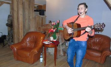 Spotkanie zamknal wystep Dimy Shpakova, muzyka rodem z Krymu