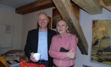 Gospodarz spotkania, dr Tomasz Kardacz, z Robertem Lesinskim, dziennikarzem Radia Olsztyn
