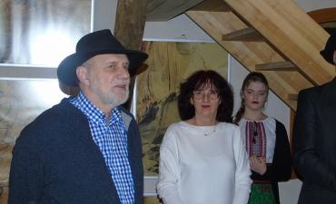 Janusz Polom komentujacy fotografie Henryka Cirruta